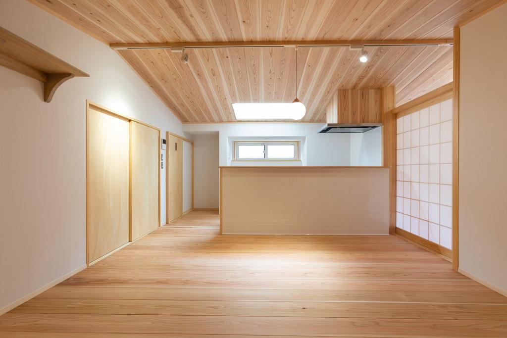 床には厚みのある高知県産の杉を。見た目だけでなく、足触りも柔らか
