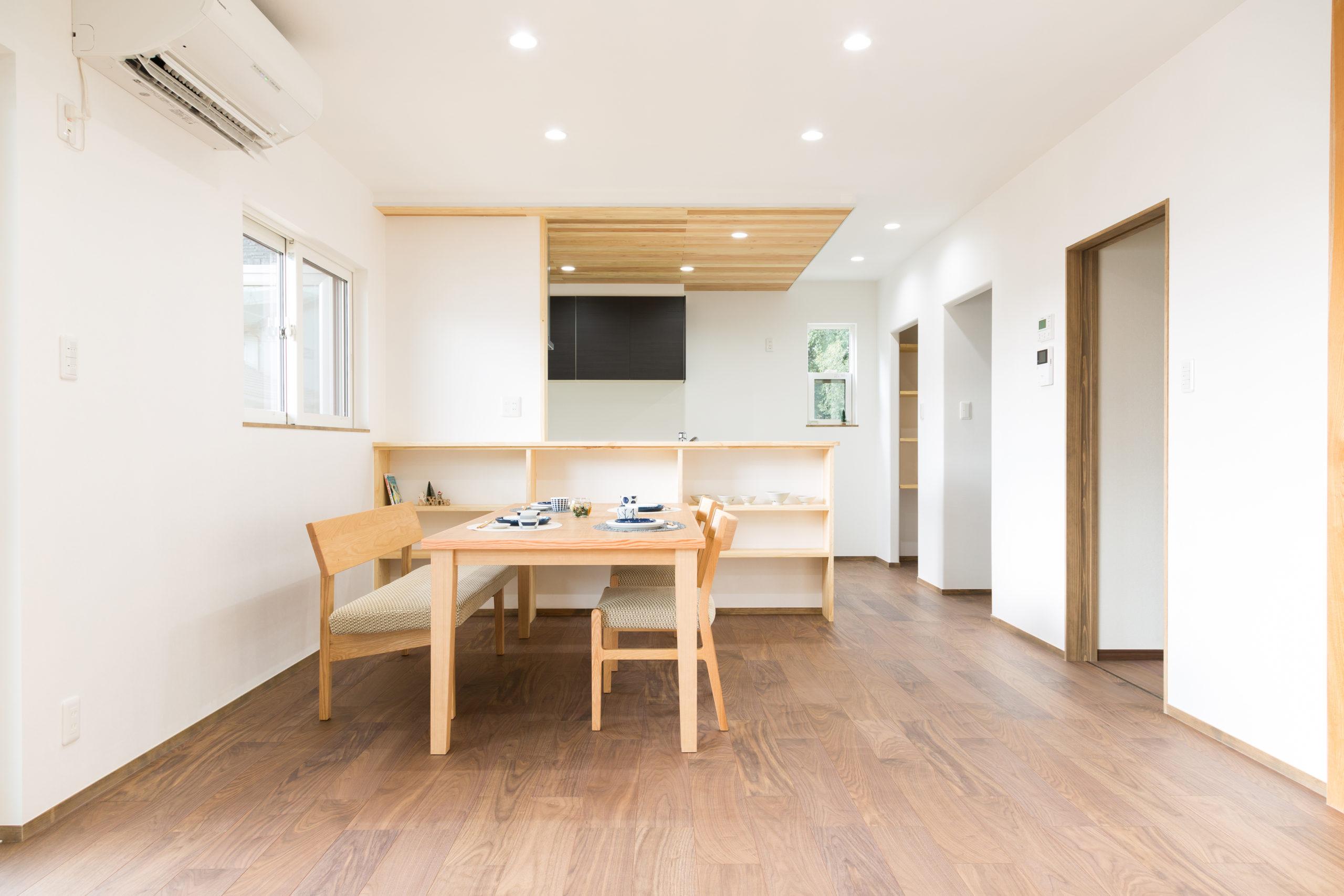 和紙の壁紙と無垢材でやわらかい雰囲気のLDK(キッチン向き)