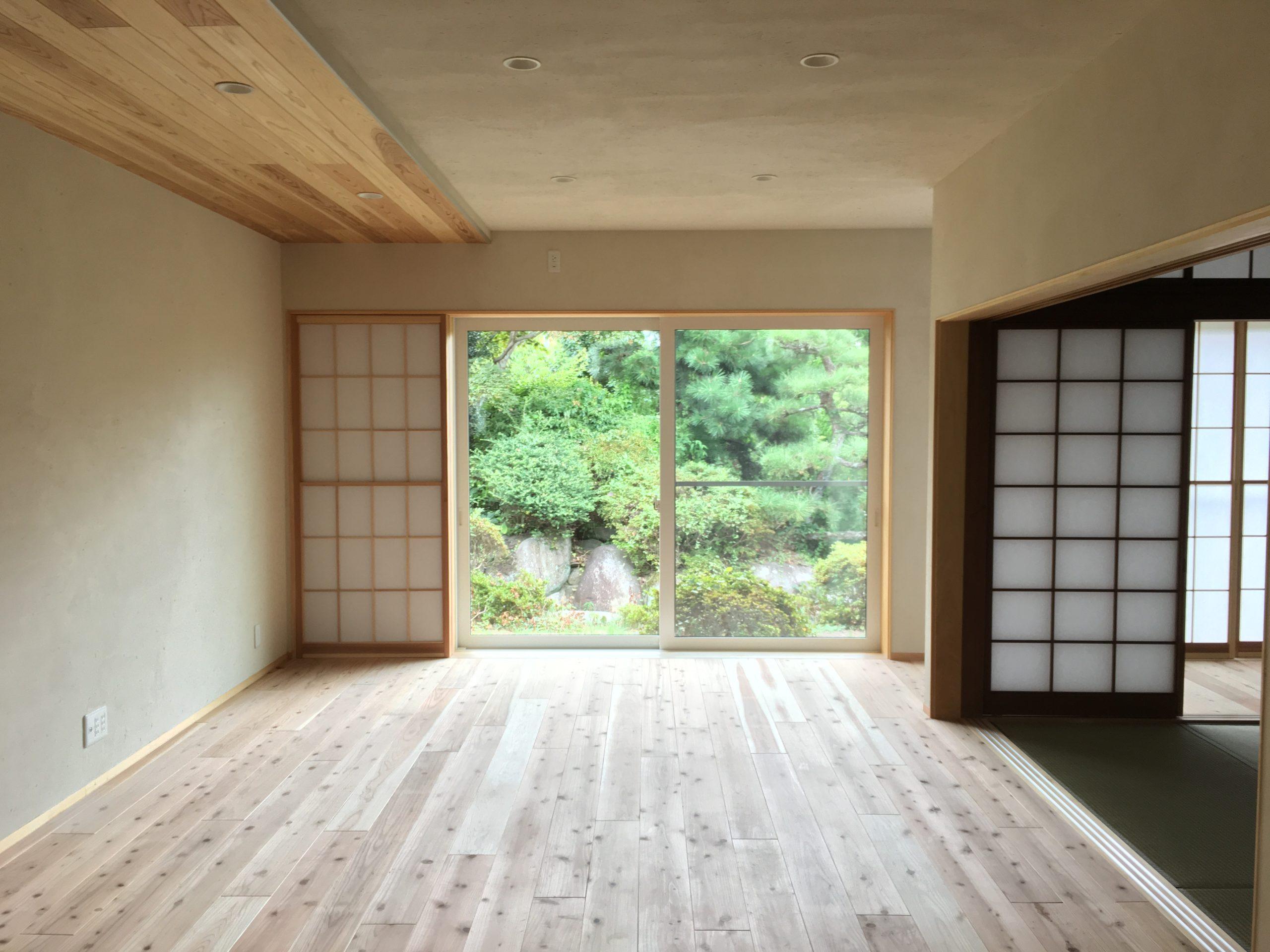 キッチンから見える景色。無垢材×漆喰×障子×庭の緑
