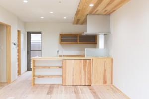 収納部を造作し、既製品のキッチンもナチュラルな雰囲気に